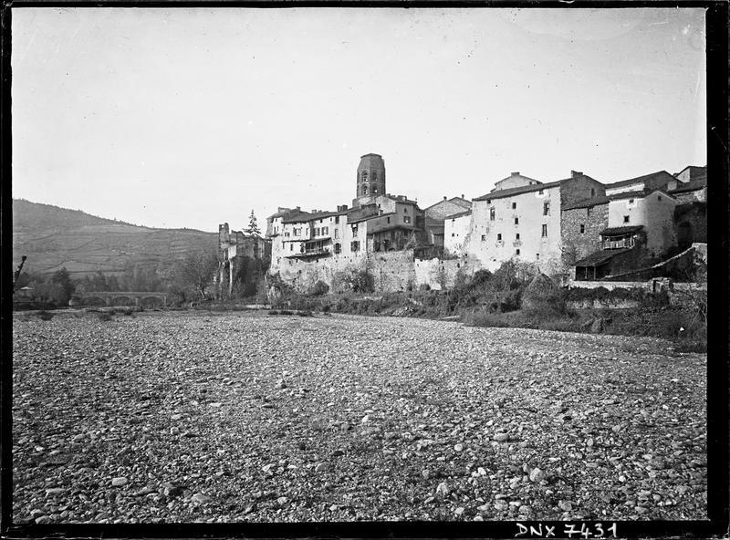 Le village : vue prise d'un champ