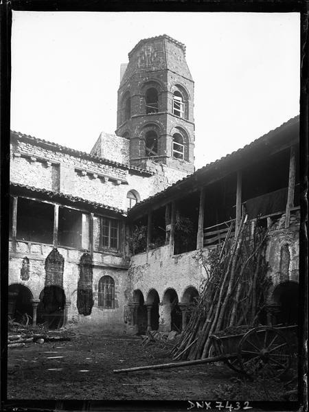 Clocher octogonal de l'église surplombant le cloître