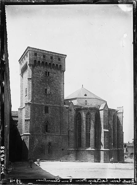 Ensemble est : l'abside et la tour Clémentine