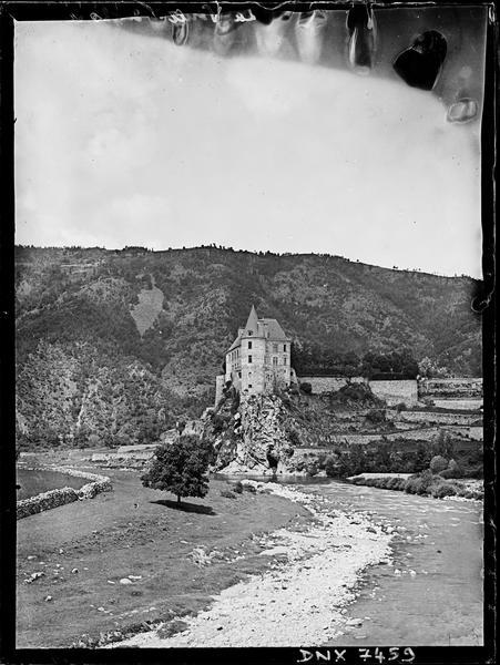 Vue d'ensemble à distance, la Loire au premier plan