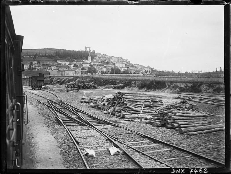 Le village vu de la voie ferrée, en arrière-plan la «Potence», vestige de l'ancien château