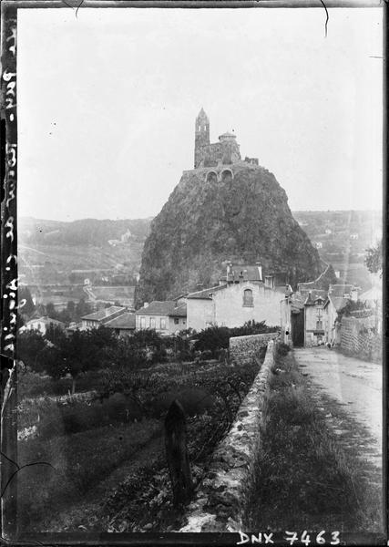 L'église et le rocher : vue d'ensemble prise du sud-est