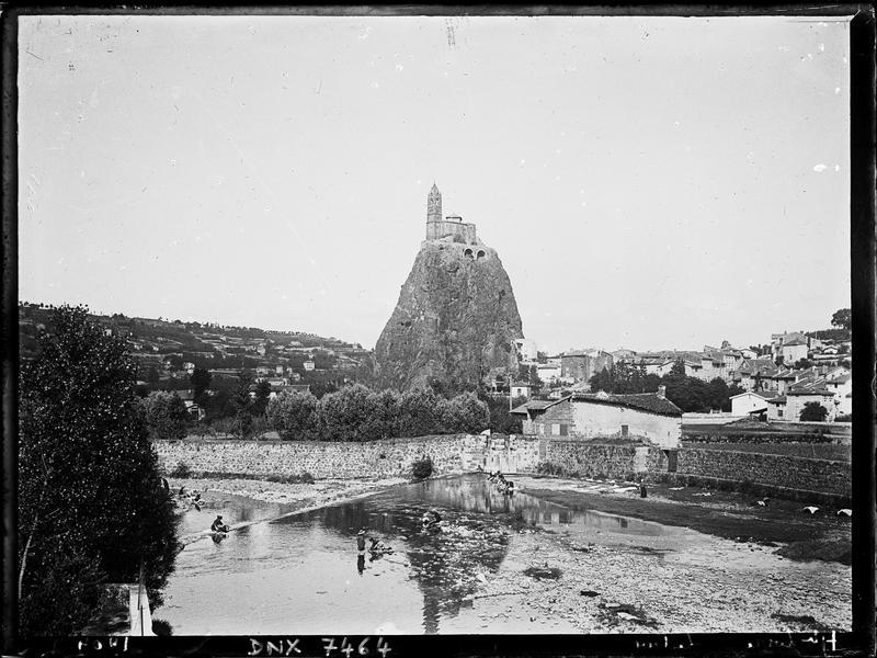 L'église, le rocher et le village : vue d'ensemble prise de la Borne