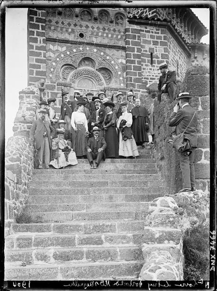 Portrait collectif, plan distant : participants du Congrès du Puy devant le portail de l'église