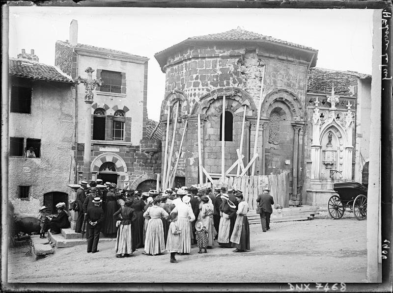Participants du Congrès du Puy au pied de l'abside étayée