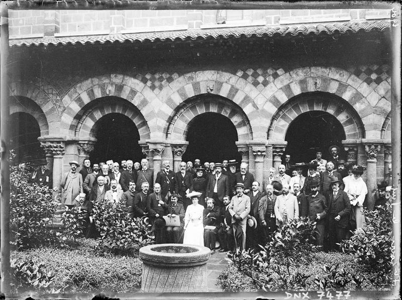 Portrait collectif : participants du Congrès du Puy devant une galerie du cloître