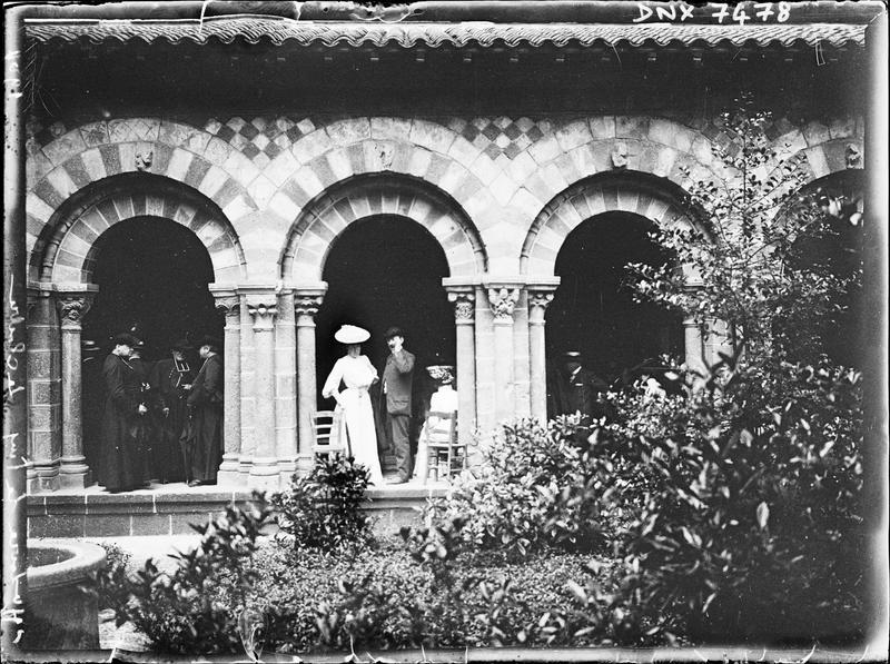 Cloître : vue frontale d'une galerie prise de la cour