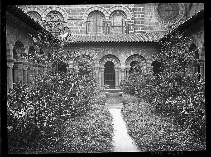 Cloître : vue d'ensemble, jardin et puits
