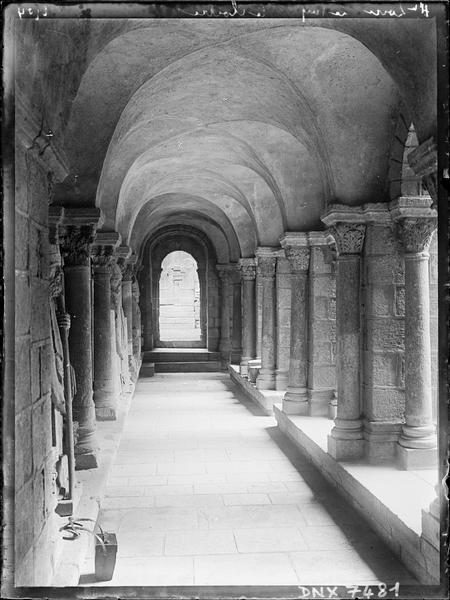 Cloître : intérieur d'une galerie
