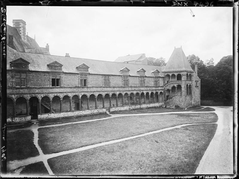 Partie Renaissance : galerie et tourelle d'escalier sur la cour d'honneur
