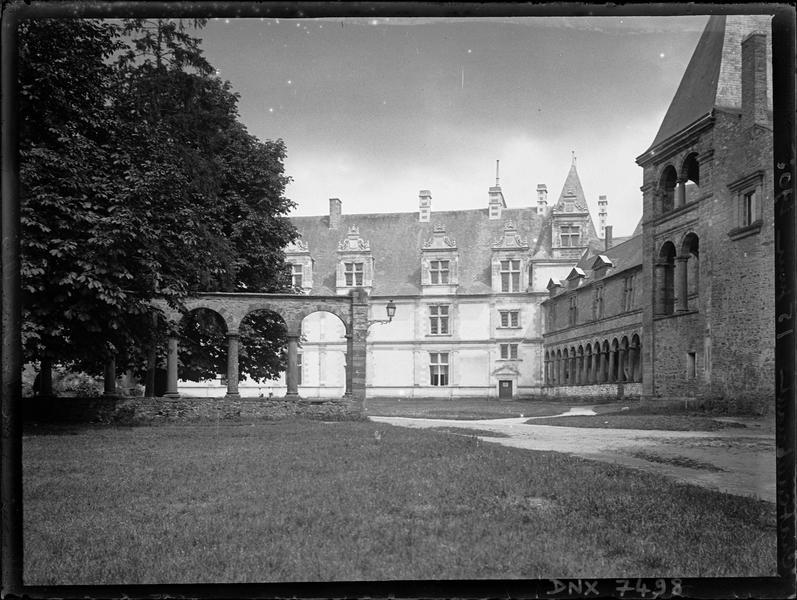 Partie Renaissance : façade sur la cour d'honneur et arcades dans le jardin