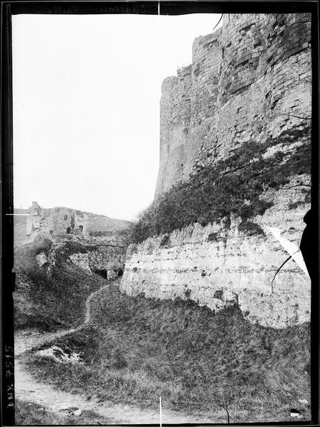 Fossés et base des murailles