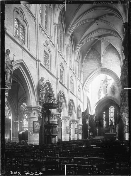 Intérieur : vue diagonale de la nef vers le choeur