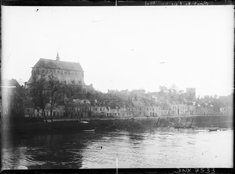 Vue générale de la ville en contrebas de l'église, au bord de la Seine