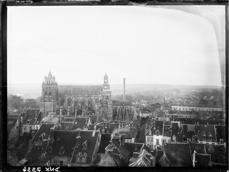 Ensemble nord de l'église et toits de la ville vus du château