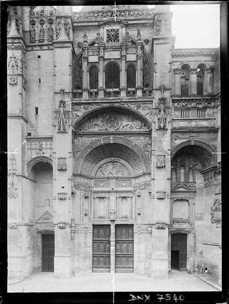 Façade ouest, vue rapprochée : portail