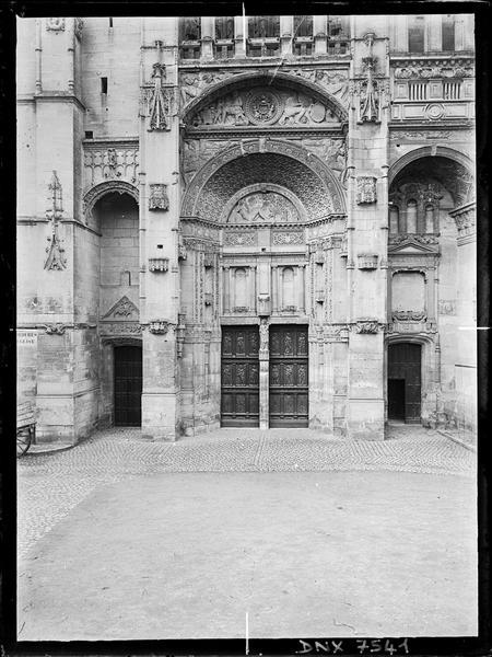 Façade ouest, vue rapprochée : parvis et portail