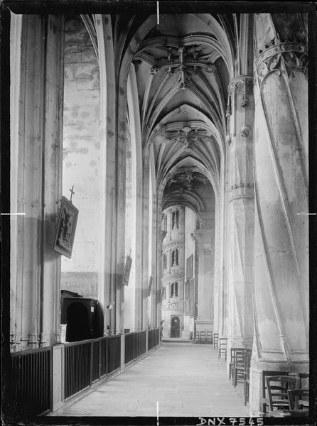 Bas-côté sud : voûtes, vue vers l'escalier