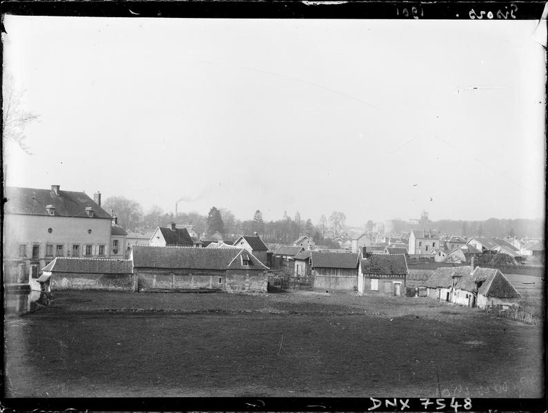 Paysage rural : maisons et champs