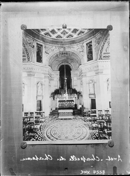 Chapelle : vue intérieure vers l'autel