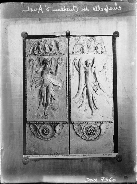 Chapelle, bas-relief : deux figures féminines ailées