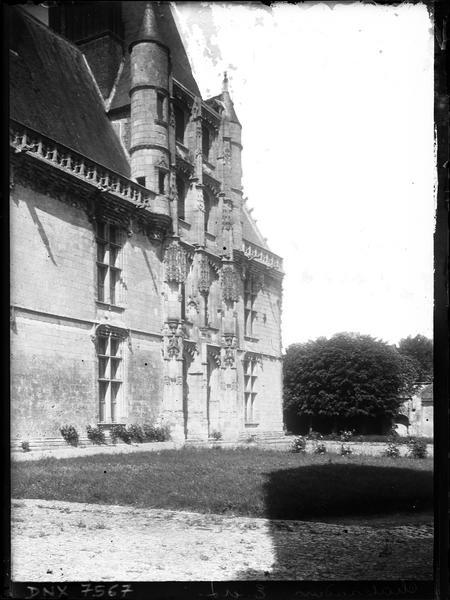 Façade sur cour : escalier d'honneur dit de Longueville, vue diagonale