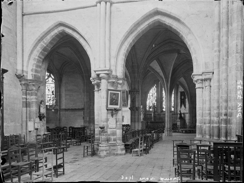 Intérieur ; en arrière-plan, la chapelle absidiale du Sacré-Coeur