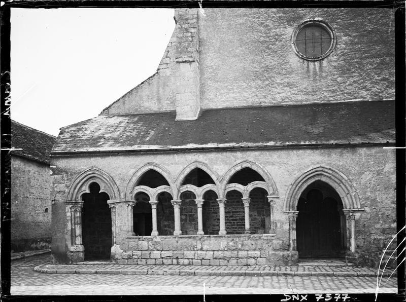 Façade ouest : vestiges d'une galerie du cloître de l'ancienne abbaye