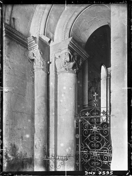 Intérieur, entrée de la nef côté nord : piliers et chapiteaux