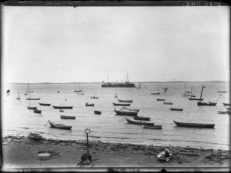 Paysage maritime : plage, barques et bateau