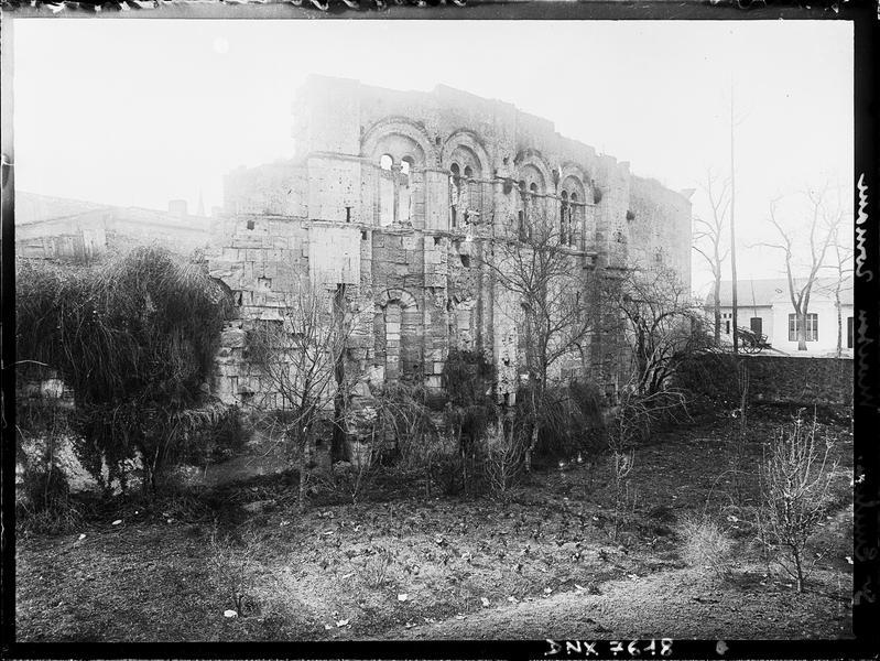 Façade : fenêtres romanes géminées, vue diagonale