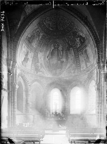 Intérieur, choeur orné de peintures murales figurant le Christ en gloire