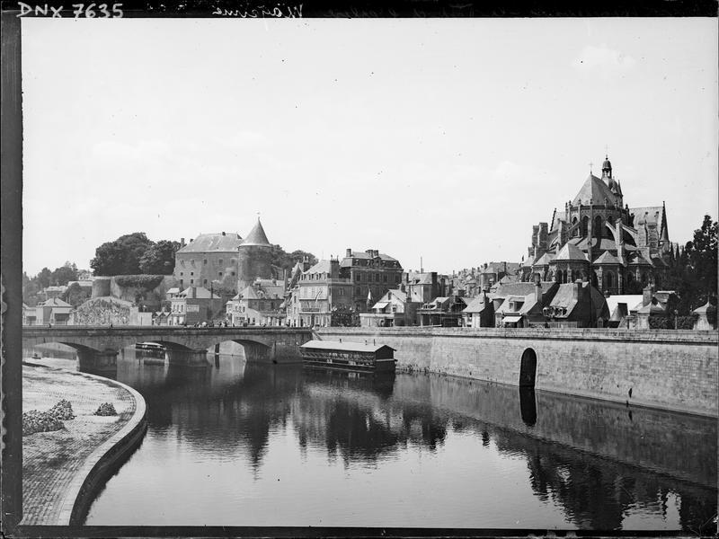 Vue générale de la ville au bord de la Mayenne, avec l'église Saint-Martin et le château