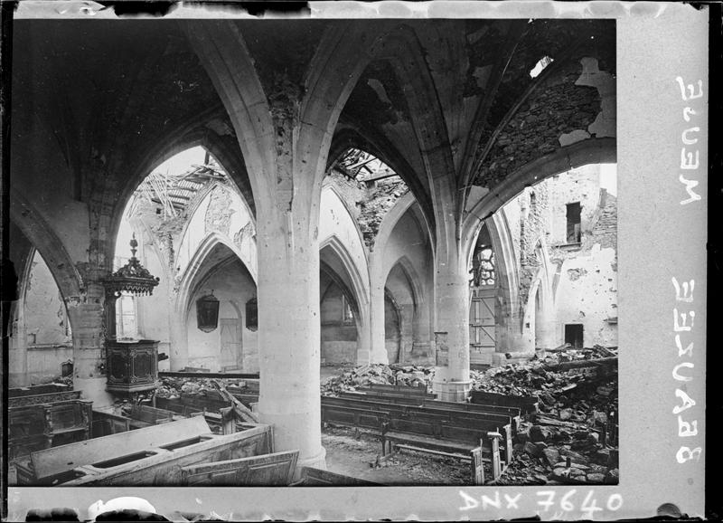 Intérieur : bas-côté et nef endommagés par les bombardements