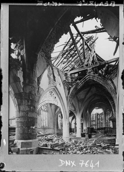 Intérieur : voûtes endommagées par les bombardements