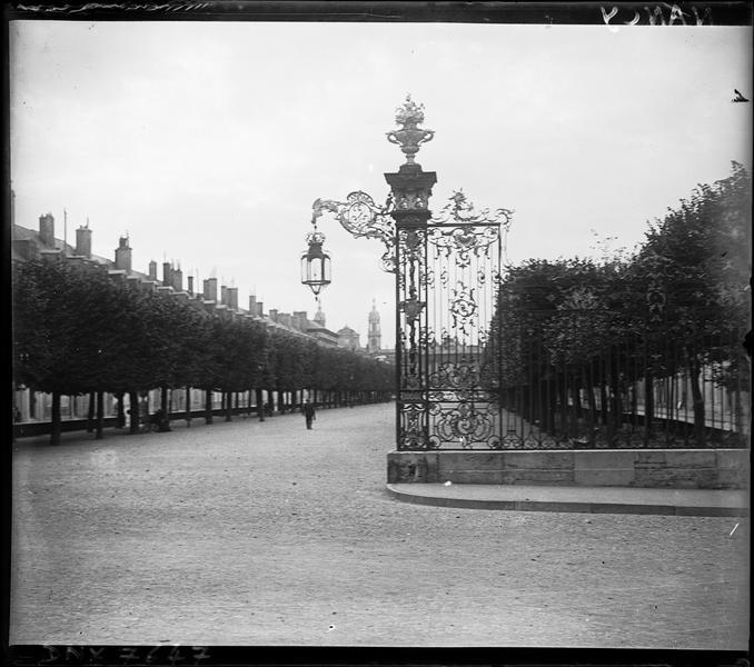 Vue prise de la place Stanislas : grilles en fer forgé et potence de lanterne de Jean Lamour