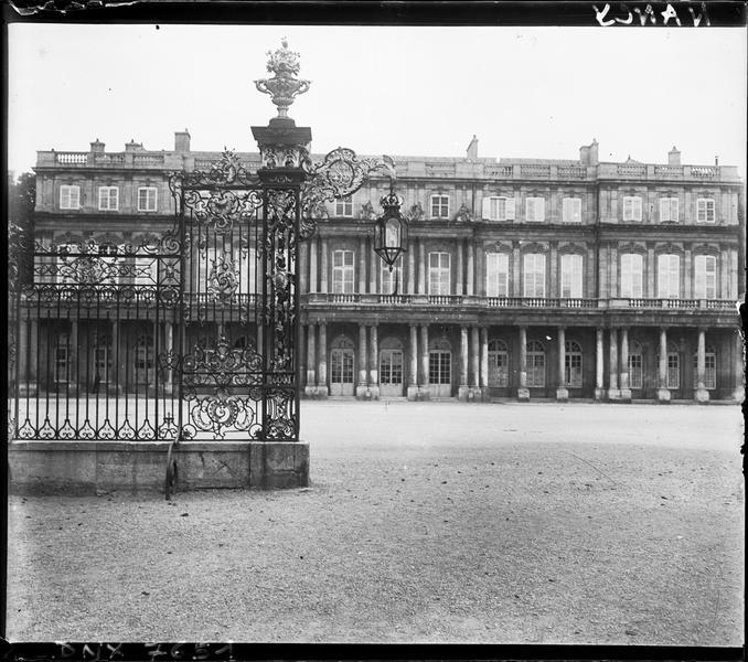 Vue partielle de la façade et grilles en fer forgé de Jean Lamour