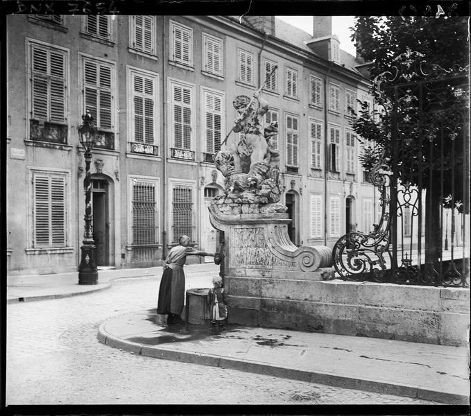 Fontaine, détail des grilles en fer forgé et façades d'immeubles