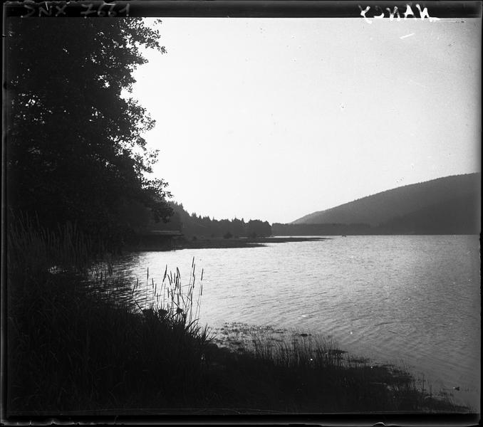 Paysage rural : étang et colline