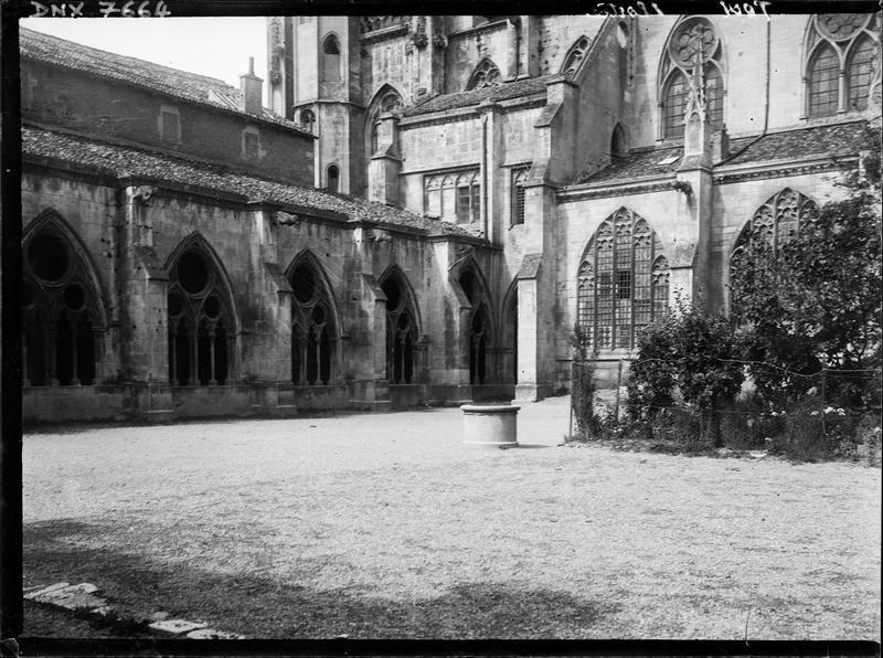 Flanc sud : vue partielle du cloître et de la salle capitulaire