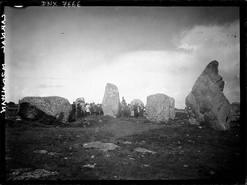 Groupe de visiteurs dans un ensemble mégalithique