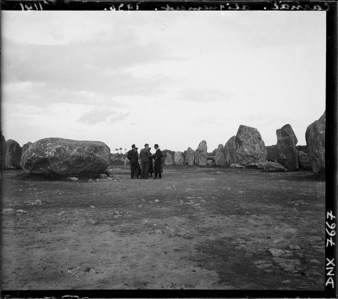 Visiteurs dans un ensemble mégalithique