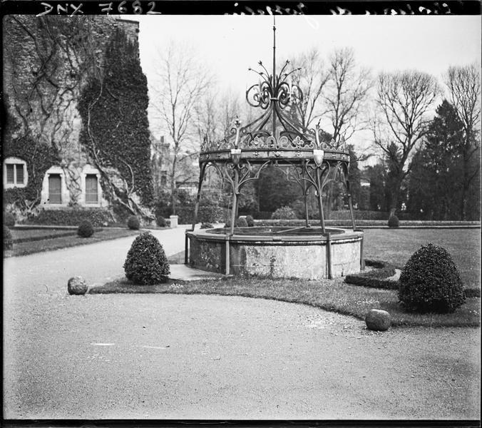 Puits dans le parc à la française