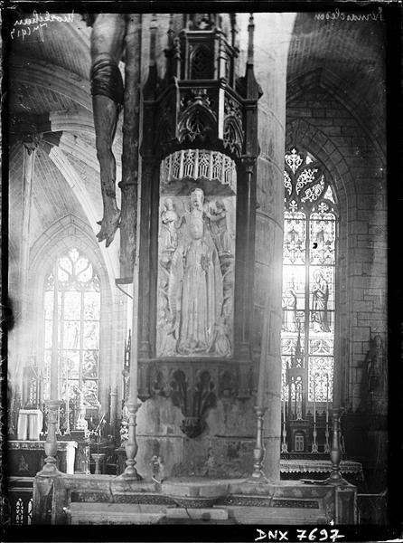 Intérieur : autel, Vierge et partie inférieure d'un Christ en croix