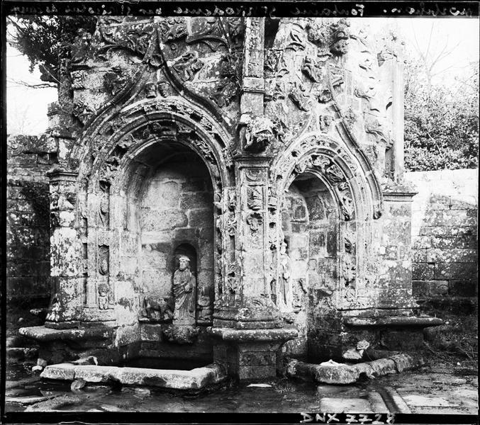 Fontaine de Saint-Nicodème : vue rapprochée