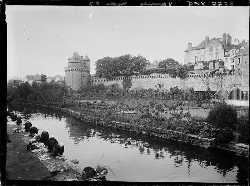 Tour du Connétable vue de la rivière, lavandières au premier plan