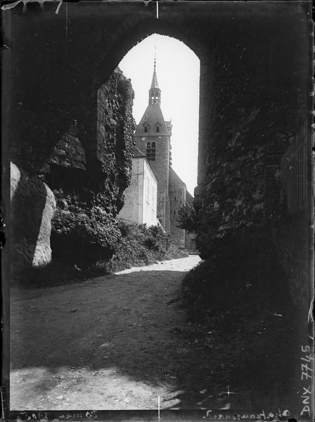 Porte de l'ancienne enceinte et clocher de l'église en arrière-plan