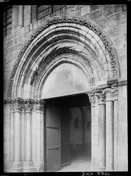 Façade ouest : portail avec vantaux ouverts