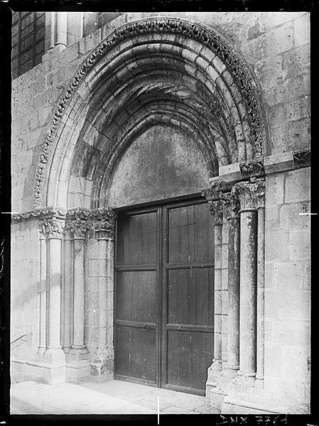 Façade ouest : portail avec vantaux fermés