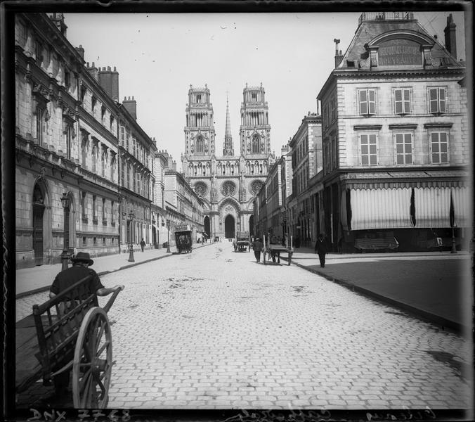 Façade ouest vue dans la perspective de la rue Jeanne d'Arc
